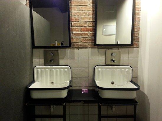 Room007 Ventura Hostel: Bathroom area in room
