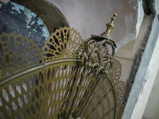 Relais Cattedrale: parascintille a ventaglio in ottone, camera Liquiritiam