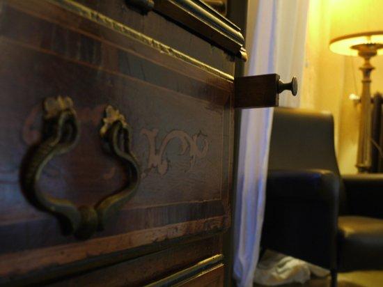 Relais Cattedrale: dettagli antica ribalta intarsiata, camera Liquiritiam