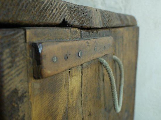 Relais Cattedrale: dettaglio bauletto in legno, camera Liquiritiam