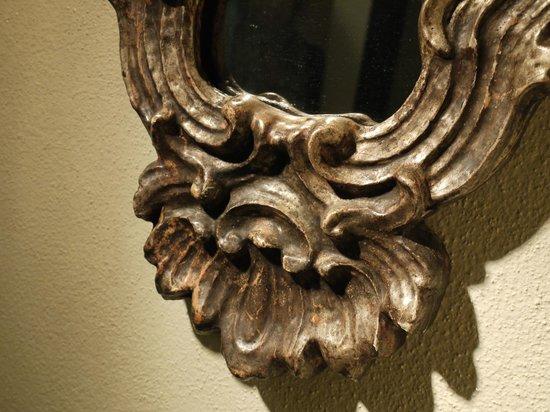 Relais Cattedrale: dettaglio specchio antico in foglia d'oro bianco, bagno, camera Liquiritiam