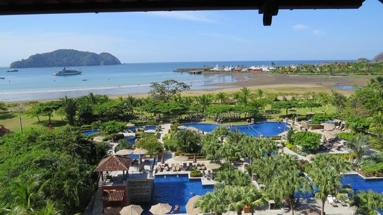 Los Suenos Marriott Ocean & Golf Resort : View from the hallway overlooking pool, beach and marina