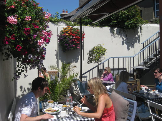 The House: Sunny summer dining