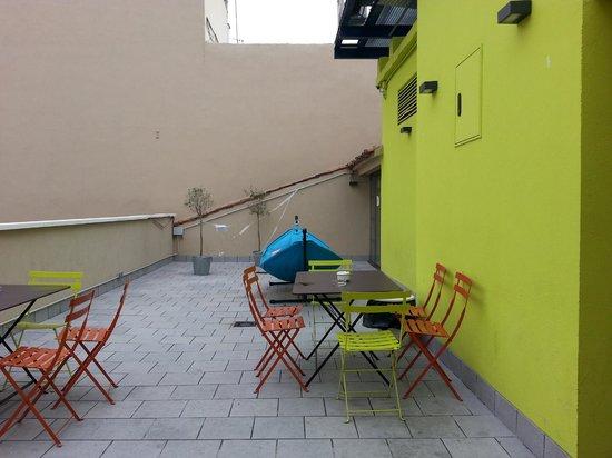 Room007 Ventura Hostel: Outside patio
