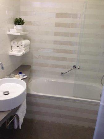 Hotel Yehuda: bathtub