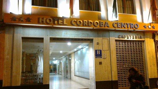 Cordoba Centro: Fachada del hotel con la cafetería a la derecha.