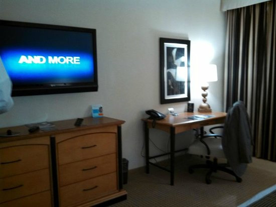 Hollywood Casino Bangor Hotel: tv/desk area