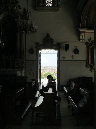 Nosso Senhor do Bonfim church : mulher rezando