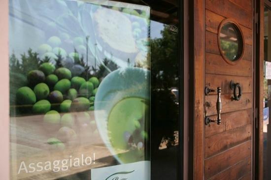 Societa Agricola Trevi Il Frantoio: Particolare porta d'ingresso al frantoio