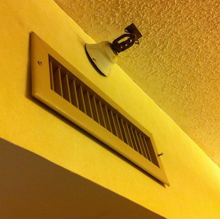 Doubletree Suites by Hilton Hotel & Conference Center Chicago / Downers Grove : Heating register falling off not fastened. Sprinkler rusty & dusty