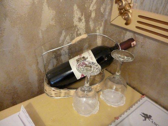 Angel's Home Hotel: приветственная бутылка вина в номере