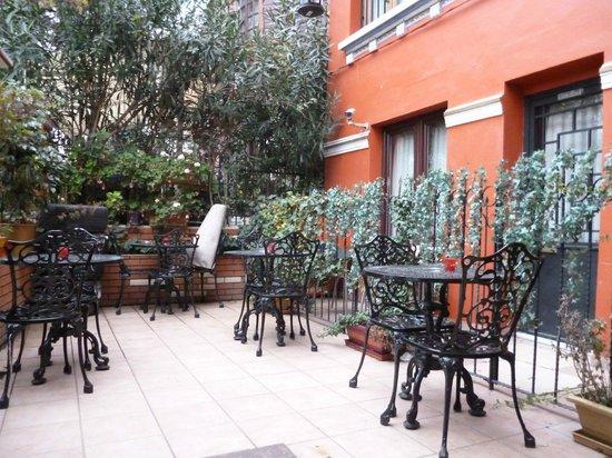 Angel's Home Hotel: маленький дворик у входа в отель