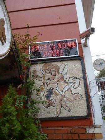 Angel's Home Hotel: табличка у входа