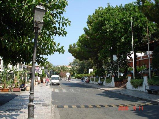 Holiday Club Naxos : Улица перед отелем.
