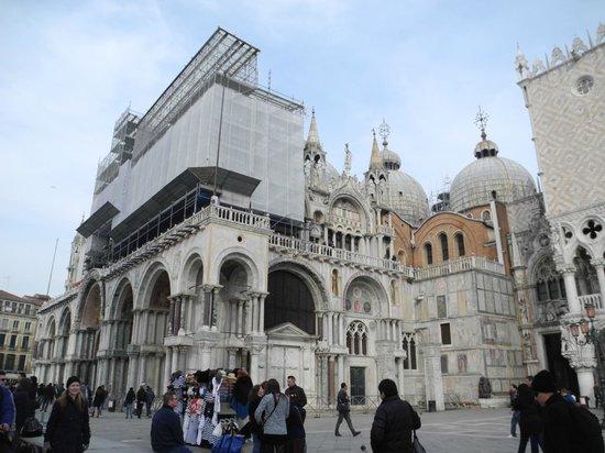 Basílica de San Marcos: La Basilica in fase di restauro alla facciata frontale