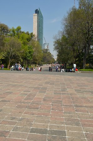Monumento a los Ninos Heroes: View in front of the monument