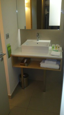 Courtyard Marriott Montpellier: Sink, toiletries