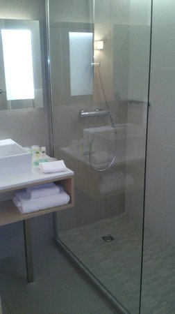 Courtyard Marriott Montpellier: Shower