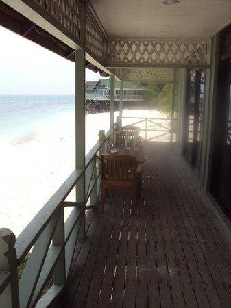 Rawa Island Resort: Blick über die Terrasse zum Nachbarhaus