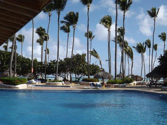 Sirenis Punta Cana Resort Casino & Aquagames: piscine vu sur l'ocean