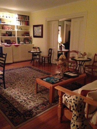 18 Vine Inn & Carriage House: living/dining room