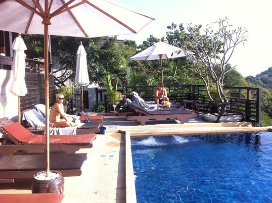 Chintakiri Resort: Pool und Terrasse