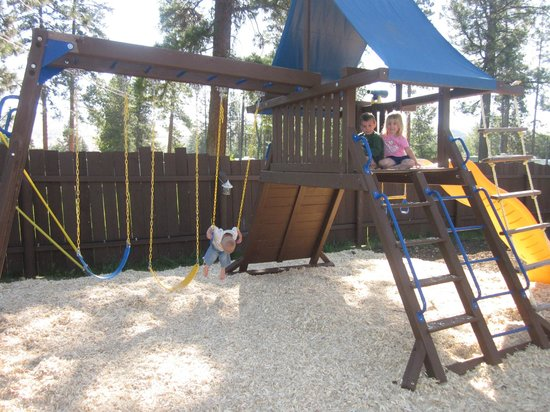 Mountain Spirit Inn: Playground in fenced in back yard