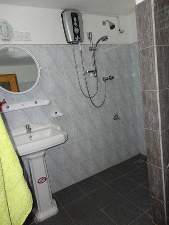 Avon Hikkaduwa Guest House: Doccia con acqua calda