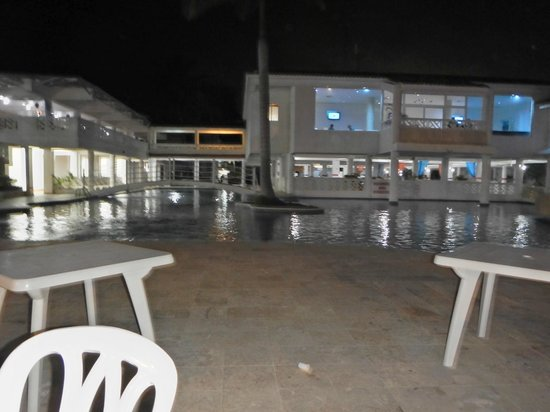 Hotel Beach House Playa Dorada: piscine soir