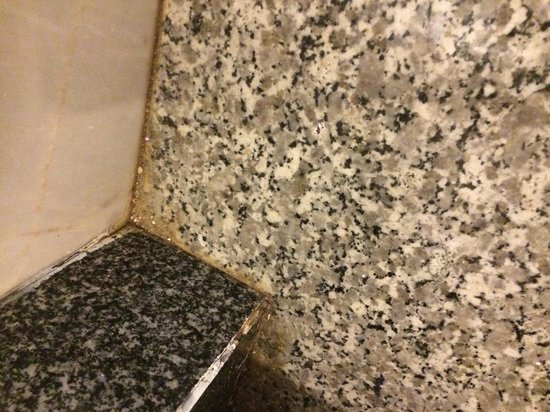 Centre Point Pratunam Hotel : Dirt on Floor in bathroom