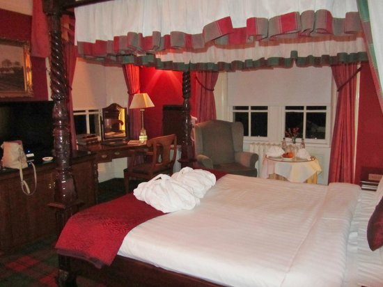 Dalmeny Park Country House Hotel: 4 poster bed, looked great but uncomfy and over rated