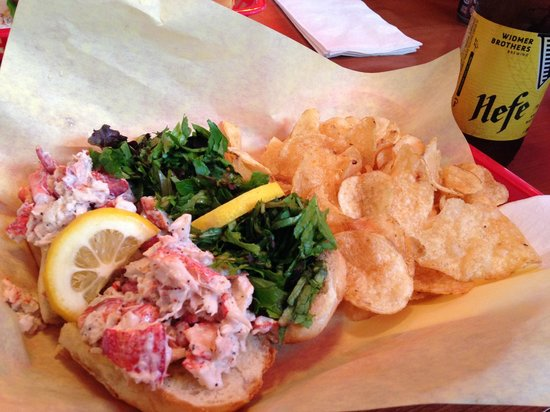 Tony's Crab Shack : Fresh lobster roll, kettle chips and a cold beer!