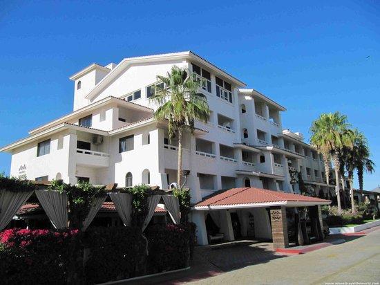 Bahia Hotel & Beach House: Hotel From Street