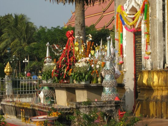 Pha Tha Luang (Große Stupa): Lots of flowers and offerings