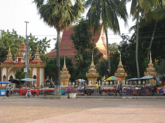 Pha Tha Luang (Große Stupa): Vendors across the street