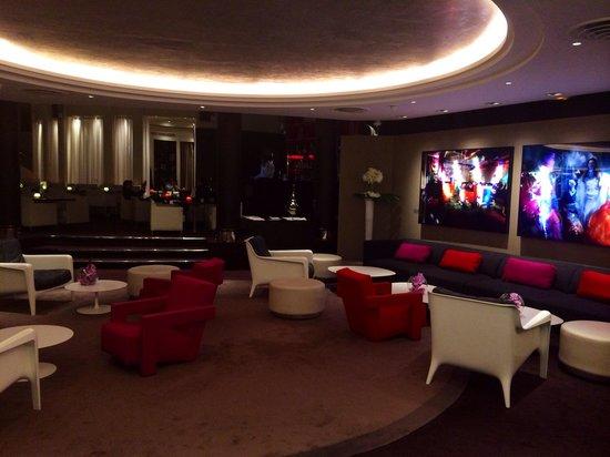 Sofitel Paris La Defense: Bar/restaurant area