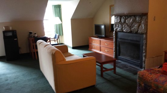 Econo Lodge Inn & Suites: King/queen bed suite shared sitting area