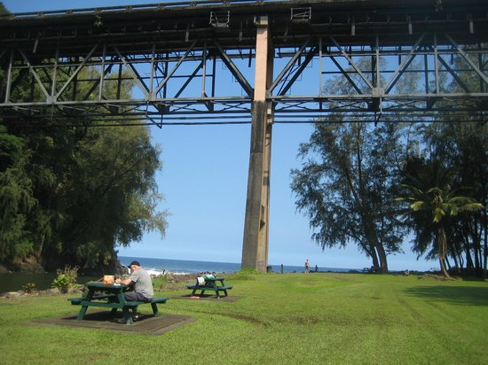 Kolekole Beach Park: Bridge above park