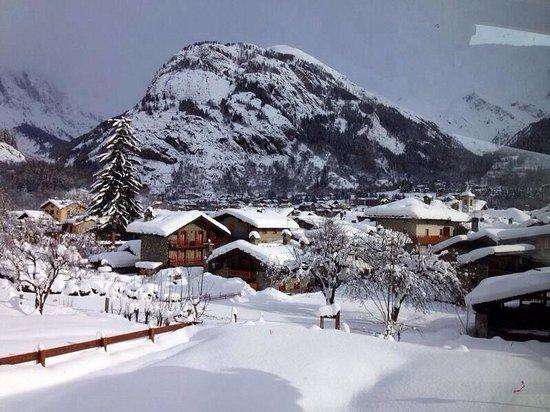 Hotel Lo Campagnar : Vista dal soggiorno con camino