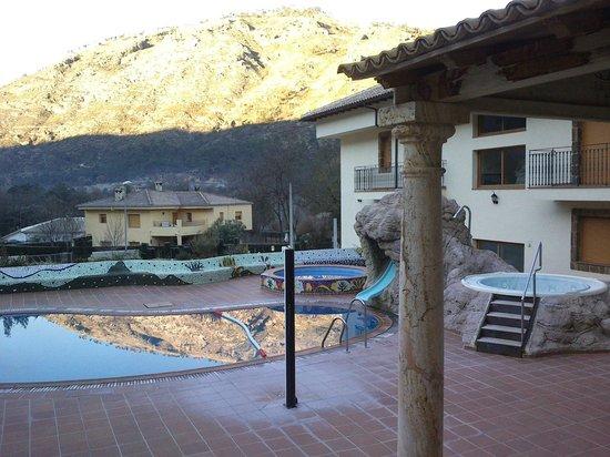 Hotel HO Ciudad de Jaen: Zona de piscina y vista del entorno