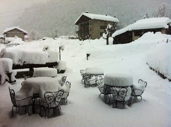Hotel Lo Campagnar : Spazio esterno all'ingresso dello chalet