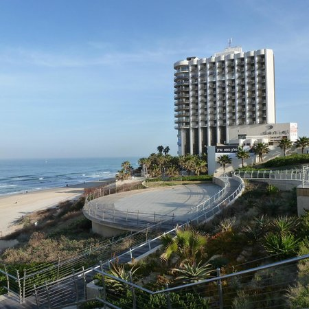 Daniel Herzliya Hotel : View from the Lifts to the beach
