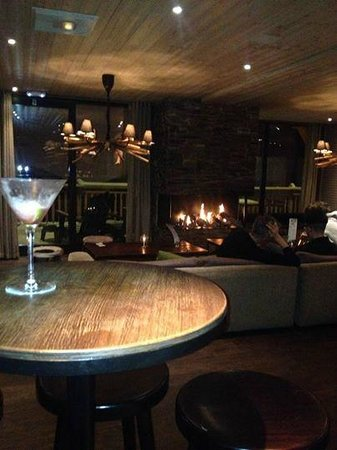 Langley Hotel Tango : Bar and cosy fire - another cocktail please :)