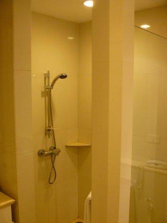 Centre Point Silom : badkamer met ligbad en aparte douche