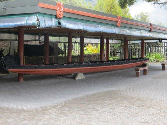Te Puia: Hand carved canoe