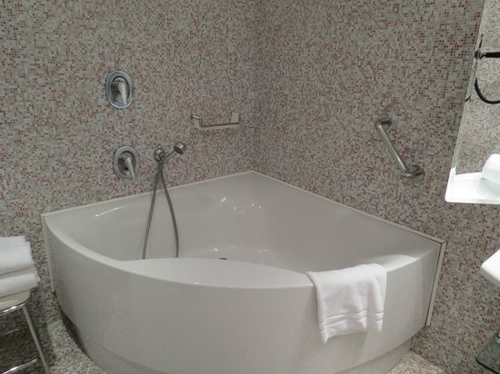 Metropole Hotel: Junior suite tub with shower