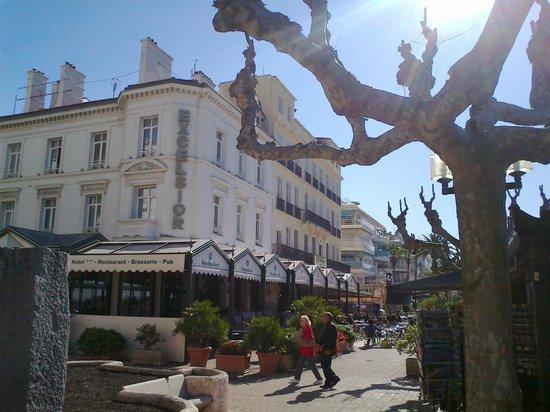 La bianca e fresca palazzina dell'Hotel Excelsior