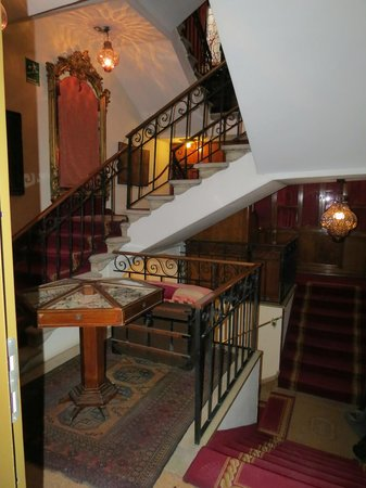 Metropole Hotel: Main staircase