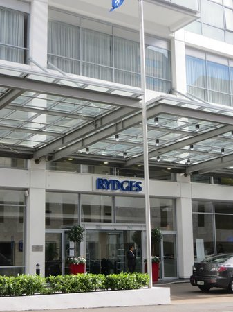 Rydges Auckland: Main entrance