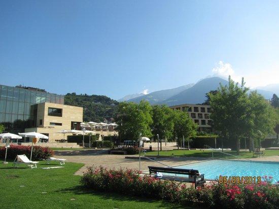 Hotel Therme Meran: Вид на Отель с территории терм